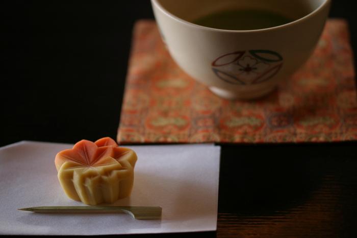上生菓子や干菓子など、見た目も美しい『和菓子』も茶会の楽しみのひとつですよね。日本の自然をかたどった練り切りは、季節に合わせて様々な種類が用意されます。こちらは秋にぴったりの「紅葉」の練り切りです。温かみのある色彩がとても綺麗ですね。