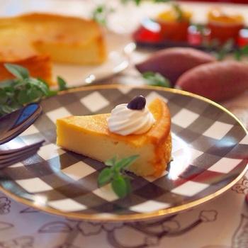 さつまいもをたっぷり使った、季節のチーズケーキ。シンプルですが、おいもの甘みとチーズのうまみが調和する独特のおいしさが魅力的。ホイップクリームに黒豆をのせて、シンプルで品良く盛り付けましょう。