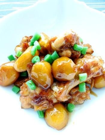 栗と鶏肉は、とても相性がいいですね。栗を素揚げして、鶏とともに煮込みますが、ハチミツを使うので照りがいいですね。コクがある甘辛味がたまらない、秋らしさたっぷりのおかずです。