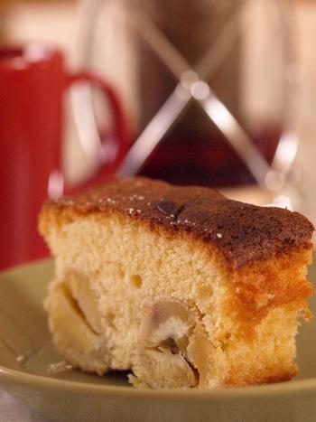 パウンドケーキは、定番のお菓子として根強い人気がありますね。ほくほくの栗と、しっとり焼き上げた生地がよくなじみます。2日ほど置くと、よりおいしくなるとか。