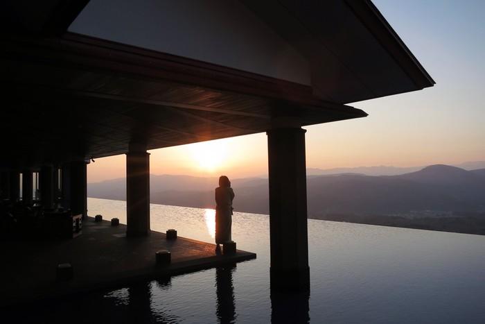 赤倉観光ホテル「アクアテラス」から朝焼けを望む。
