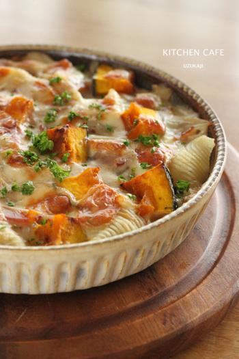 かぼちゃを使った人気のメイン料理、グラタン。ほくほくかぼちゃと、とろとろホワイトソースが混ざり合って、たまらないおいしさ!かぼちゃの黄色もきれいで、こんがりと焼き色がついたあつあつグラタンは、食欲をそそります。
