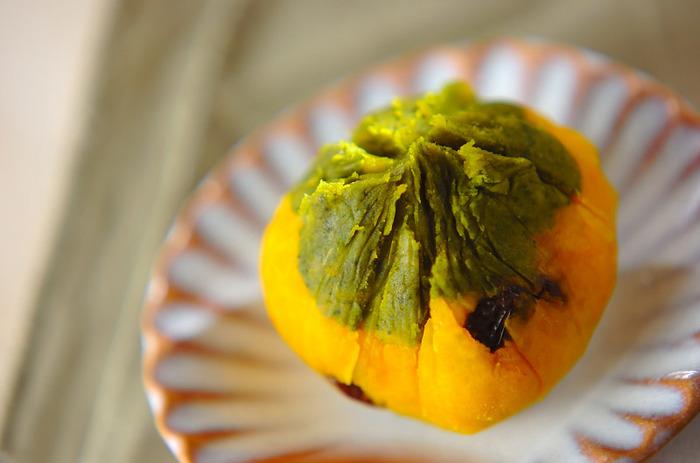 ラムレーズン入りのかぼちゃは、大人の味。かぼちゃに抹茶を加えたものをトッピングして茶巾絞りにしていますので、風味もよく、色もきれいです。おもてなしの和菓子にもなりそう。