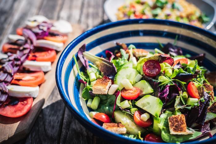 体型が気になって、つい特定の食品を抜いたり、一つの食品だけを食べるダイエットをしてしまいがち。それでは栄養バランスが偏ってしまって健康的とはいえません。いろんな食材をまんべんなく食べることで、体調が整い代謝が良くなります。遠回りのように見えてダイエットの近道になるんです。