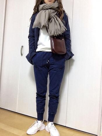 スウェットパンツは難易度が高い…と感じる方におすすめなのが、デニムカラー。スキニーデニムを履く感覚でコーデを組めば大丈夫♪スキニーデニムより着心地がよいのに、ぴっちり感がなくむしろ脚が細く見えます。