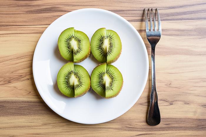 キウイは栄養面でも注目されるフルーツ。ビタミンCやビタミンEなどのビタミン、カリウムなどのミネラル、食物繊維などがバランス良く含まれています。特にビタミンCはレモンよりも多いのだそう!  カロリーは1個約53kcalで、ご飯などと比べると糖質も低めです。また、キウイは血糖値が上昇しにくい中GI食品ですので健康が気になる方はあわせて参考にしてみてくださいね。