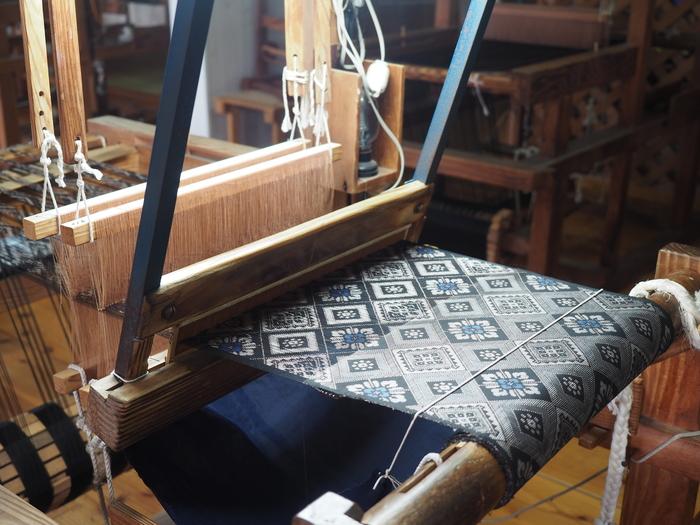 鹿児島・奄美大島の伝統工芸品として知られる大島紬。伝統的な製法で作られる大島紬は、手仕事の美しさを感じられる味わい深い織物です。高価な織物ですが、財布やポーチなどの小物なら手にしやすい価格になっています。ずっと大切に使いたくなる、一生ものになりそうです。