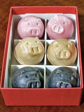 「ばぁちゃん家」の最中は、選りすぐりの小豆を手間ひまかけて練り上げた餡はもちろん、とってもユニークな形にも注目!こちらは、コロコロと丸い豚の形をした「ぶた麻呂もなか」です。