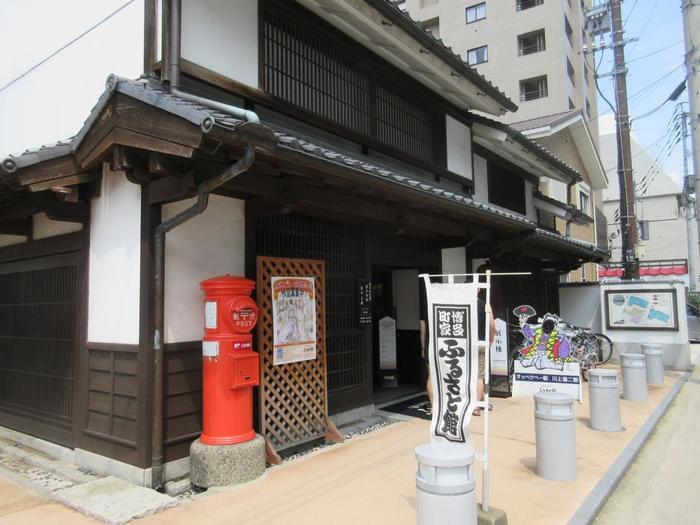楠田神社の正門前にある「博多町家ふるさと館」は、明治や大正時代の博多の姿を感じられるスポット。博多人形や博多曲物などの伝統工芸士の実演を見ることができます。博多の伝統工芸品や銘菓などもあるので、お土産を購入することも。