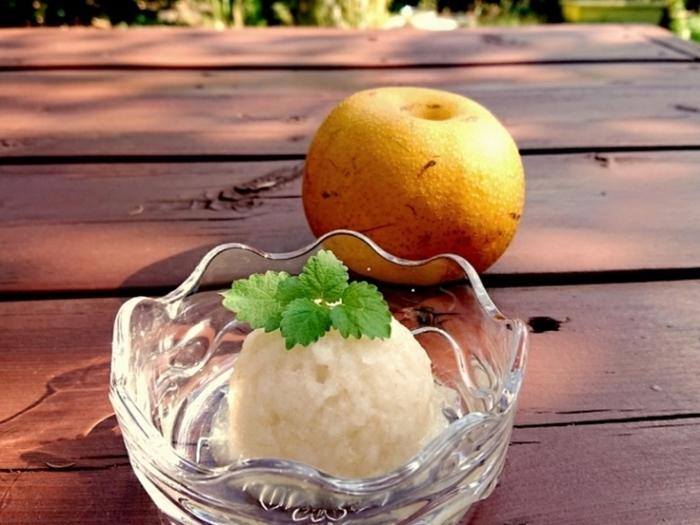ぶきっちょさんでも失敗無し!梨とはちみつだけで作れる簡単レシピです。梨は水分が多いので、凍らせてミキサーにかけるだけで丸ごと美味しいソルベに。そのまま食べても甘くない梨にあたってしまった時にもどうぞ!