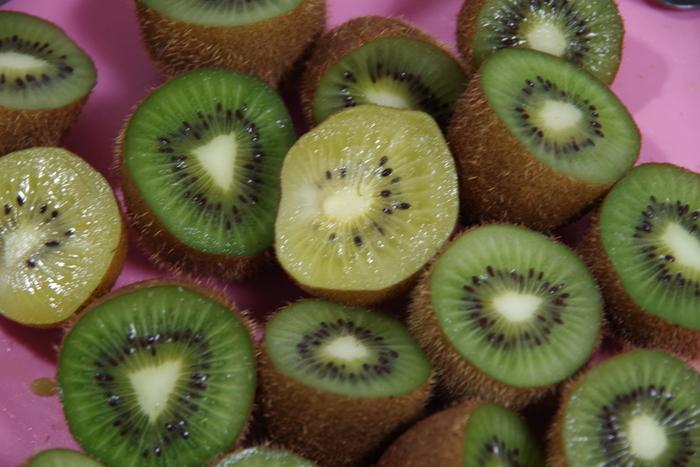 日本のキウイの旬は冬から春で、福岡県や愛媛県などでの収穫が盛んです。ただ、キウイは輸入品が多くを占めるので、海外産の旬のものを合わせると一年中楽しめるフルーツです。  種類では「ヘイワード種」とも呼ばれる「グリーンキウイ」がよく見かけるおなじみの品種ですが、実はほかにもいろいろあります。酸っぱいものが苦手な方には、より甘めで黄色い「ゴールドキウイ」などがおすすめ。同じく糖度が高いものには中心部の赤い「レインボーレッド」という種類もありますよ。