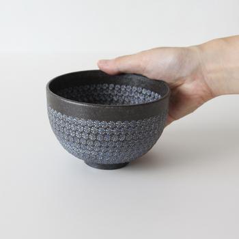 こちらは胴の部分に伝統の三島模様を施した、「南蛮三島詰」の抹茶碗です。焼き締め特有の素朴な手触りと、シックでモダンな佇まいが印象的です。お気に入りの器でいただけば、至福のひとときが過ごせそうですね。