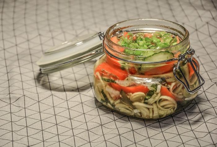 マリネは、魚や肉、野菜などを酢などを使った漬け汁に浸す料理。フランス語の「marine(~をマリネする)」に由来しますが、フランスではこの料理や調理法については「マリナード」と呼ぶようです。