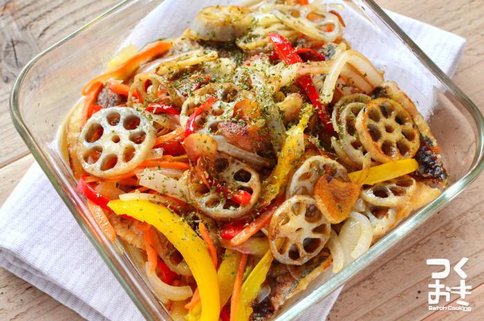 揚げ焼きしたあじや、さっと炒めた根菜などをマリネ。冷たいままでも温めてもおいしい、メインおかずになるマリネです。お好みでバルサミコ酢を少量加えるのもおすすめ。