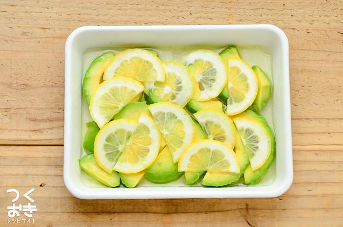 色合いの美しさに加えて、レモンはアボカドの変色を防ぐ役割も。女性が大好きなアボカドは、森のバターともいわれるように栄養の宝庫。いろいろな食べ方を楽しんで、食生活の中に取り入れたいですね。