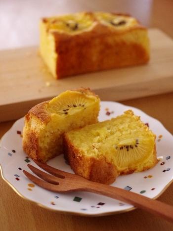 こちらはゴールデンキウイを使って作るケーキです。混ぜて焼くだけなので簡単♪最後に輪切りにしたキウイ3枚をのせて焼くので、全部細かく切らないように気を付けましょう。手作りの手土産にもおすすめですよ。