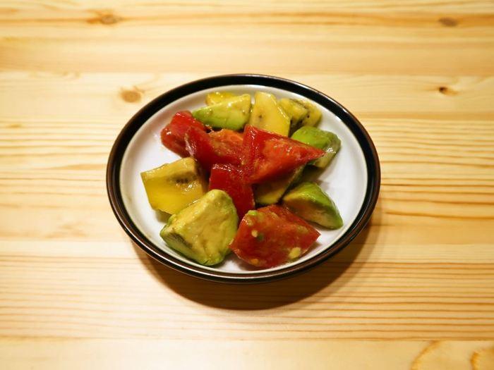 アボカドとトマトを一緒に組み合わせた料理はよく見かけますが、そこにキウイも仲間入りしたサラダ。材料を切ったら、オリーブオイルと塩で和えるだけなので、とっても簡単です!冷蔵庫で5日ほど保存できますよ♪