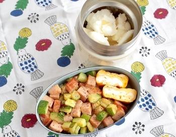 こちらはデザートにおすすめのキウイスイーツ。材料は市販の杏仁豆腐とキウイのみで、凍らせて作ります。家で食べるときには食べごろの溶け具合で頂きましょう。お弁当に持って行くときには、断熱性のスープジャーなどに入れると、お昼頃には食べごろになっているのだそう♪