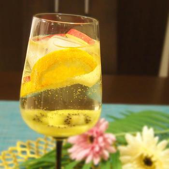 最後におまけのアルコールレシピをご紹介。キウイはりんごやオレンジなどと一緒にカクテルで楽しむ方法もありますよ。こちらは炭酸水の入ったフルーティーな白ワインのカクテルレシピです。食前などにぜひ楽しんでみてくださいね。