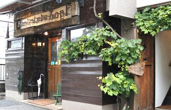 こちらはパン好きの間で聖地と言われているほどの名物パン屋さんです。松戸市のJR北小金駅から「小金原団地循環・バス案内所行」のバスに乗車し、約10分。「表門(おもてもん)」で下車してすぐの、閑静な住宅地の中にあります。