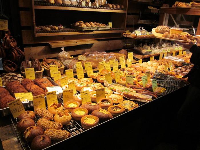 店内に入ると、あふれんばかりに並べられたパンに圧倒されます。なんと、毎日300種類以上のパンを焼き出しているそう。必ずお気に入りのパンに出会えます。