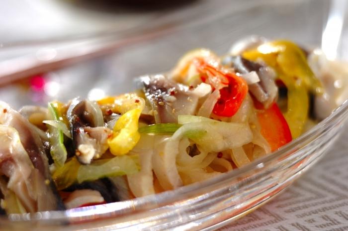 市販のしめサバを使って、ささっと作れるマリネ。簡単なのに、贅沢な味わいです。粒マスタードが、とてもいい仕事をしてくれますよ。前菜として、ガラスの器などに盛り付けるのもきれいですね。