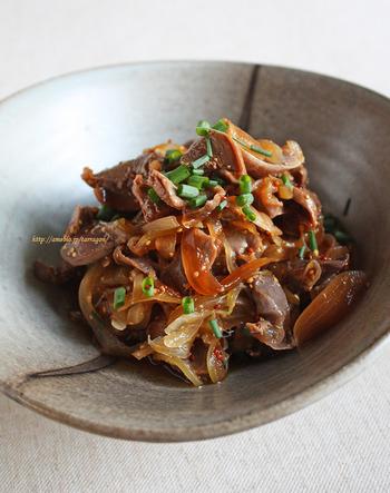 砂肝を日本酒でゆで、ポン酢や粒マスタード、みりんなどを合わせたマリネ液に漬け込みます。和風テイストでお酒のおつまみにぴったりの味。こりこりした食感もあとを引きます。