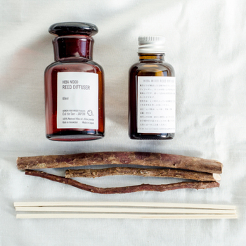 青森ひばのフィードディフューザーは、やさしいヒバの香りが心地よくリラクゼーション効果をもたらしてくれます。ヒバの枝をボトルに刺して使います。枝のナチュラルな雰囲気も素敵ですね。