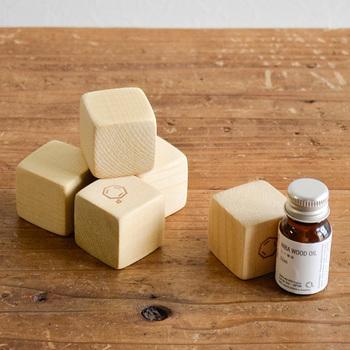 青森ヒバのアロマウッドは、そのままでもほのかにフレッシュなヒバの香りが漂います。もちろんアロマを染み込ませて使っても◎。シンプルなデザインのころんとしたアロマウッドは、お部屋に優しく馴染みます。抗菌消臭作用や防虫効果があるのもうれしいですね。