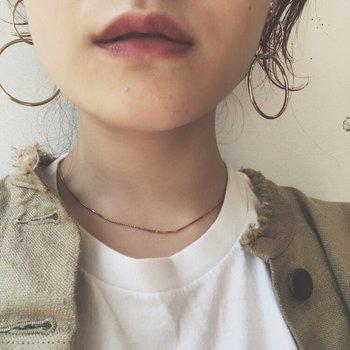 ラインを取らずに、ぽんぽんと唇に乗せれば、唇だけが際立ちすぎることはありません。ほんのりと色づいたボルドーは肌馴染みがよく、カジュアルスタイルの時にもおしゃれな雰囲気をプラスしてくれます。