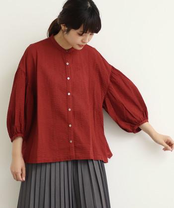 ボリュームたっぷりの袖が可愛らしいワッフル素材のブラウス。1枚ですとんと着ても、羽織りのようにも着られるアレンジが楽しめる1枚です。