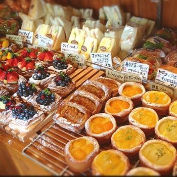 小ぢんまりとした店内には、ハード系やサンド系、デニッシュ系などあらゆるパンがそろっています。みずみずしいフルーツを使ったデニッシュは、まるで宝石のようです。