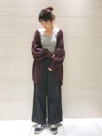 紫がかったボルドーのリブニットカーディガン。ボルドー×グレー×ネイビーの、シックな色合わせが素敵です。ざっくり編みのニットカーデは、ラフに今の時期ならではの着こなしを楽しみましょう。