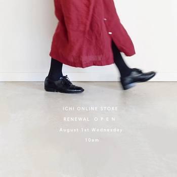 透け感のあるボルドーのロングスカートは、軽やかに着こなせます。赤みが強いボルドーなので、シックだけど可愛らしい雰囲気。