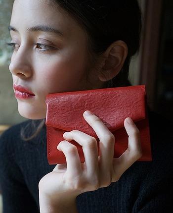 シックなボルドーのお財布。モノトーンでまとめたファッションに、ボルドーのお財布が、お洒落な印象ですね。