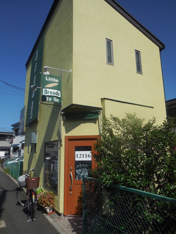 船橋駅から徒歩10分とアクセス良好な場所にある「Little Breads To Go (リトルブレッズ トゥ ゴー)」。茅ヶ崎・高山・世田谷のパン屋さんで修行を重ねたご主人がオープンしました。