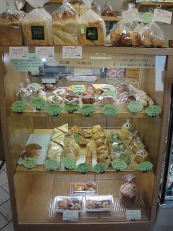 ショーウィンドウに可愛らしくディスプレイされたパンは、あんぱんやクリームパン、焼きカレーパンなどどこか懐かしい定番のラインナップ。マフィンサンドやハンバーガーなどもあります。