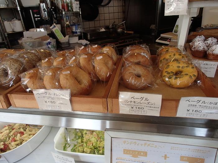 小麦粉は希少価値の高い北海道産はるゆたかを使用、バターと卵は不使用という、こだわりの詰まったパンです。看板メニューはベーグル。もちもちふっくらの食感は、やみつきになる人が続出しています。