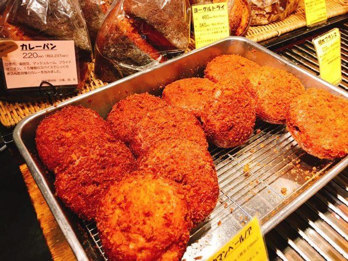一番人気はカレーパン。甘めで具だくさんの自家製カレーが、ザクザクの衣に包まれています。次々に焼きたてが並ぶのもうれしいポイントです。
