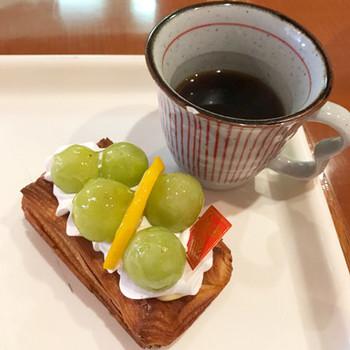 店内のイートインスペースでは、パンと飲み物を楽しむことができます。フレッシュなマスカットがゴロゴロ乗ったデニッシュとコーヒーの組み合わせは格別。