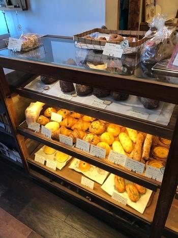 天然酵母だけで発酵させた噛みごたえのあるクロワッサンや、卵・牛乳・バター・砂糖不使用でさっぱりモチモチの食パンがショウケースに並びます。店内のイートインスペースでパンを楽しむこともできます。