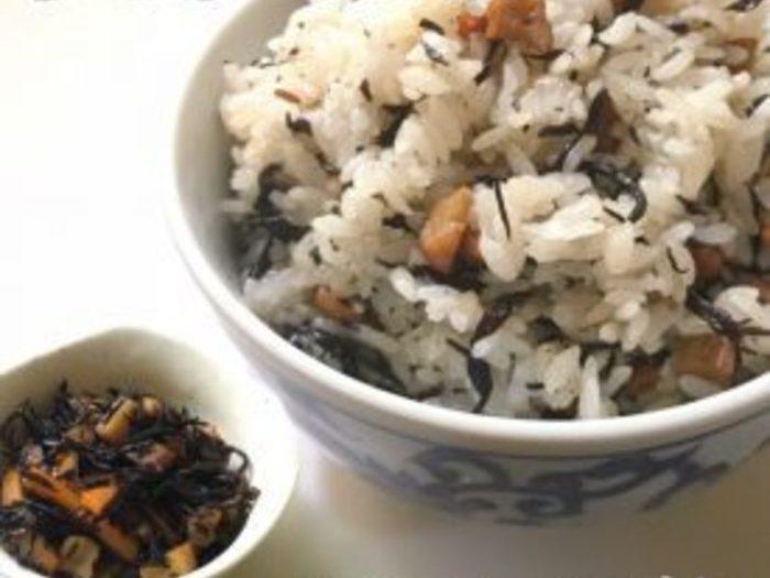 食べたいときにすぐ食べたい!という方は、「ひじきご飯の素」を作って冷凍しておくと便利ですよ。こちらのレシピは、凍ったまま炊き立てご飯の上で蒸らして混ぜるだけなので、解凍と同時にひじきご飯ができちゃいます♪