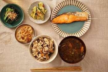 ひじきは食事のカロリーを抑えたい方におすすめされることがよくあります。それは、ひじき自体が低カロリーであることに加え、噛み応えがあることも特徴。よく噛んで食べることは、健康に良いだけでなく、満腹感も感じやすいといわれています。