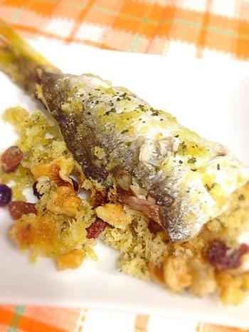 カマスのローストに、パン粉とクルミで香ばしさをプラスしたお洒落な魚レシピ。クルミやチーズ、レーズンの美味しさが、淡白な魚を風味豊かに仕上げます。こちらは電子レンジできるスチームロースターを使っていますが、無い場合はオーブンでもOKです。
