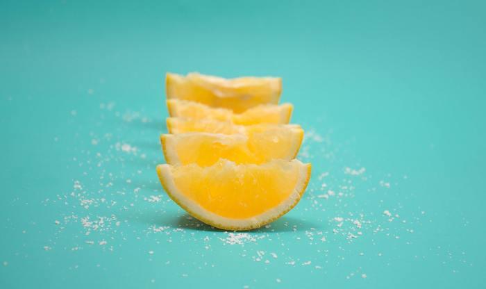 クエン酸とは柑橘類などに多く含まれる酸味を感じさせる成分です。みかんの仲間を食べた時に「酸っぱい」と感じるのはクエン酸の働きなのですね。