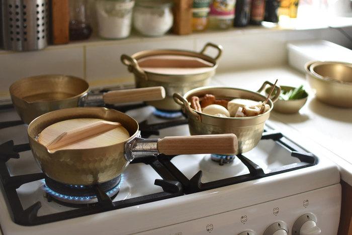 アルミ鍋も基本的にはクエン酸を避けた方が良いのですが、使い込んで黒ずみが出てきた時はクエン酸を入れたお湯、またはレモンの切れ端やりんごの皮を入れたお湯で煮込むと、黒ずみが落ちてキレイになります。