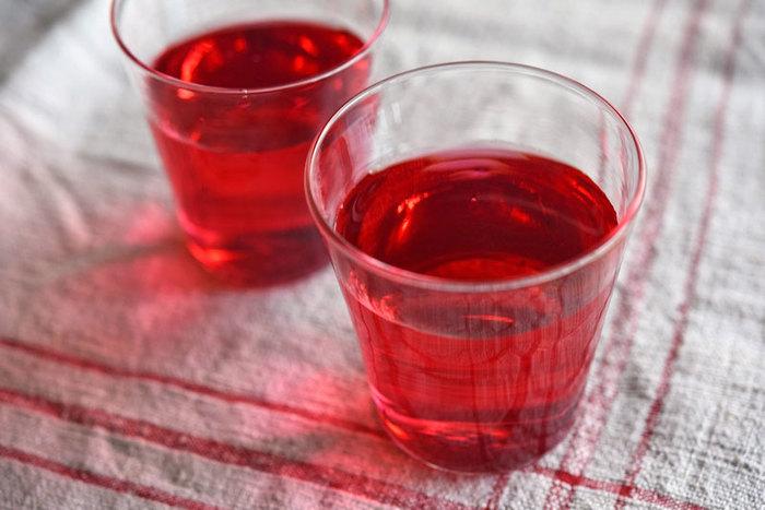 クエン酸は柑橘類などの食品に含まれる酸味成分ですが、精製されたクエン酸をドリンクや料理に使うメリットもあります。精製されたクエン酸には香りがないので、赤じそジュースなど、酸で赤みを発色させたい時や、酢などの香りを付けずに発色を促す事ができます。