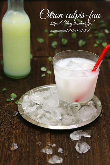 牛乳に柑橘類の果汁とクエン酸を加えて、乳酸飲料風のドリンクを作る事もできます。このレシピは柚子果汁でちょっぴり和風の味わいです。