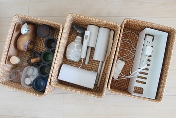掃除用のコロコロや消臭スプレー、コード類など、「よく使うけど出しっぱなしにはしたくない…」というものも、ラタンバスケットの中へ。ただ入れておくだけで生活感が消え、くつろげるリビングに早変わりします。