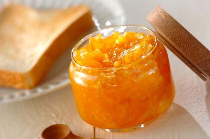 甘いジャムにクエン酸…?と言うと不思議な感じがしますが、ジャムのとろみは果物に含まれる食物繊維と砂糖の糖分、そして適度な酸度がないと上手くゲル化しません。おいしそうなとろみにクエン酸が一役買っているのですね。